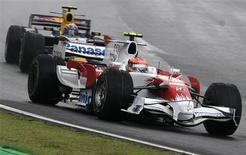 <p>O piloto da Toyota Timo Glock, à frente de Sebastian Vettel. Na última curva, Vettel e Hamilton o ultrapassaram, o que tornou Hamilton o líder do campeonato, um ponto à frente do vencedor da corrida, Felipe Massa REUTERS/Sergio Moraes (BRAZIL)</p>