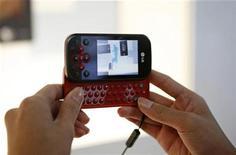 <p>Un teléfono móvil de LG Electronics, Viewty, es visto en una feria electrónica en Singapur 17 jun 2008. El gigante estadounidense del software Microsoft y el fabricante de artículos electrónicos surcoreano LG Electronics informaron el lunes de la firma de un acuerdo preliminar de colaboración estratégica en tecnología móvil. REUTERS/Vivek Prakash (SINGAPUR)</p>
