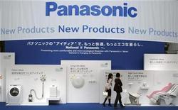 <p>Foto de archivo de artículos electrónicos de la compañía Panasonic en una exposición en Tokio, 26 sep 2008. Panasonic Corp. informó que no había decidido nada sobre una potencial adquisición de su rival Sanyo Electric Co Ltd., luego que fuentes dijeron que las compañías habían llegado a un acuerdo de principios para crear el mayor fabricante de productos electrónicos de Japón. REUTERS/Yuriko Nakao</p>