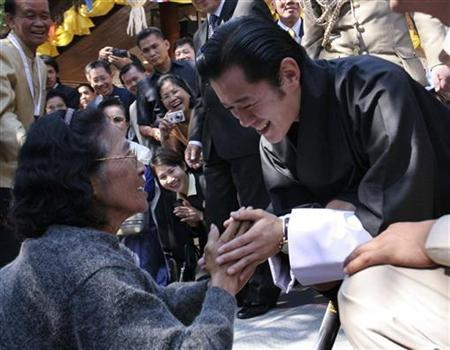 Bhutan's Crown Prince Jigme Khesar Namgyel Wangchuck (R) is greeted by a well wisher during his visit to temple Wat Phra That Doi Suthep in Chiang Mai November 24, 2006. REUTERS/Stringer