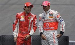 <p>Felipe Massa antes do Gp do Brasil, ao lado de Lewis Hamilton, que ganhou o campeonato. REUTERS/Sergio Moraes (BRAZIL)</p>