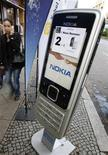 <p>Una pubblicità di Nokia in una strada di Berlino. La foto è stata scattata lo scorso 16 ottobre. REUTERS/Fabrizio Bensch</p>