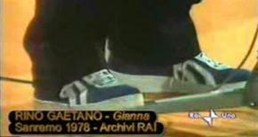 <p>Un paio di Mecap ai piedi del cantautore Rino Gaetano al Festival di Sanremo del 1978. Le scarpe cult degli anni 70 potrebbero tornare a breve nei negozi italiani dopo essere scomparse negli anni 80. REUTERS/Handout/Rai</p>