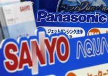 <p>Panasonic, premier fabricant mondial d'écrans TV plasma, parie sur un avenir radieux pour les secteurs des panneaux solaires et des véhicules hybrides à l'heure où il négocie le prix du rachat de son concurrent Sanyo Electric, une opération que certains analystes valorisent à 8,7 milliards de dollars. /Photo prise le 4 novembre 2008/REUTERS/Toru Hanai</p>