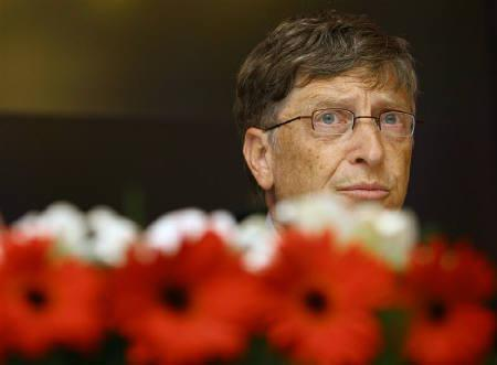 Microsoft founder Bill Gates speaks during a news conference in New Delhi November 5, 2008. Gates on Wednesday said he was worried the global financial crisis he says could last two to three years might drive rich countries to cut back spending on health aid for the developing world. REUTERS/B Mathur