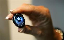 <p>Una cuffia bluetooth della Motorola. REUTERS/Albert Gea</p>