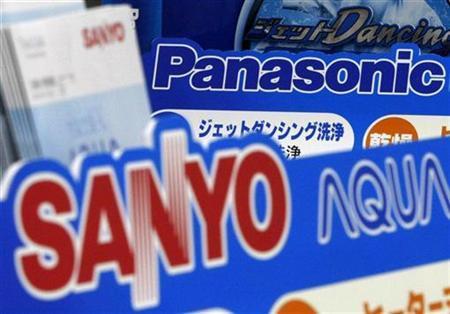 The logos of Panasonic Corp (top) and Sanyo Electric Co Ltd are seen at a Sofmap electronics store in Tokyo November 4, 2008. REUTERS/Toru Hanai