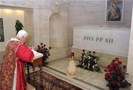 Pope Benedict XVI views the crypt of Pius XII in the grotto of Saint Peter's Basilica, on the 50th anniversary of his death at the Vatican October 9, 2008. REUTERS/Osservatore Romano