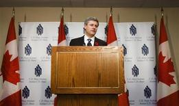 <p>Canadian Prime Minister Stephen Harper speaks to journalists after meeting with members of the C.D. Howe Institute Monetary Policy Council Toronto, November 6, 2008. REUTERS/Mark Blinch</p>