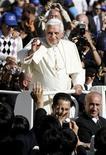 <p>Papa Benedetto XVI saluta i fedeli in piazza San Pietro. REUTERS/Giampiero Sposito</p>