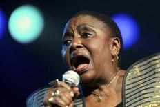 """<p>A cantora sul-africana Miriam Makeba, uma das vozes mais conhecidas da África e líder na luta contra o apartheid durante três décadas no exílio, morreu aos 76 anos de ataque cardíaco após uma apresentação na Itália. Conhecida como """"Mama África"""", ela foi a primeira música sul-africana a ganhar reconhecimento internacional. REUTERS/Mike Hutchings</p>"""