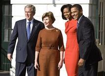 <p>Barack e Michelle Obama in visita alla Casa Bianca dai coniugi Bush. REUTERS/Joshua Roberts (UNITED STATES)</p>
