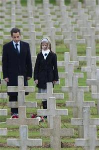 France's President Nicolas Sarkozy and an unidentified schoolgirl pay their respect in the WWI cemetery of Douaumont, Eastern France, during the commemoration of the end of the first world war, November 11, 2008. REUTERS/Philippe Wojazer