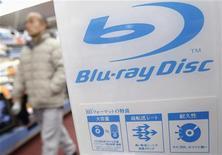 <p>Logo Blu-ray Disc in un negozio di Tokyo. REUTERS/Issei Kato</p>