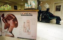 <p>L'Oreal cosmetic and beauty products are seen in a hairdresser shop in Nice, southern France, November 5, 2008. REUTERS/Eric Gaillard</p>
