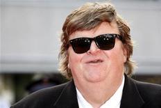 """<p>Imagen de archivo del director estadounidense Michael Moore antes del estreno mundial de """"Indiana Jones and the Kingdom of the Crystal Skull"""" en Cannes 18 mayo 2008. El cineasta Michael Moore ha cambiado el enfoque de su documental de larga gestación que sigue a """"Fahrenheit 9/11"""", para concentrarse en la crisis económica mundial, señalaron fuentes. Cuando el documental fue anunciado en mayo, los estudios que apoyan el proyecto dijeron que Moore trataría asuntos internacionales y el rol de Estados Unidos en el mundo. REUTERS/Vincent Kessler</p>"""