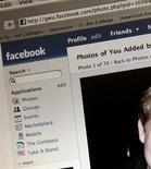 <p>Le réseau internet communautaire Facebook a retiré de son site plusieurs pages utilisées par des néo-nazis italiens pour lancer des appels à la violence. /Photo d'archives/REUTERS</p>