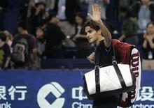 <p>Швейцарский теннисист Роджер Федерер только что проиграл матч турнира Masters Cup британцу Энди Мюррею и лишился шансов на выход в полуфинал, Шанхай, 14 ноября, 2008 год. Прошлогодний победитель итогового турнира Masters Cup Роджер Федерер не смог в этом году пробиться даже в полуфинал соревнований, уступив в решающем матче британцу Энди Мюррею. REUTERS/Aly Song</p>