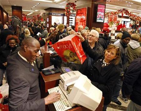 Holiday shoppers crowd Macy's department store in New York November 23, 2007. REUTERS/Ray Stubblebine
