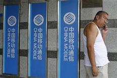 <p>Foto de archivo de un cliente de Chinamoblie hablando a la salida de la sede de la compañía en Pekín, 16 ago 2007. China dio otro paso hacia su meta muy ansiada de operar servicios de telecomunicaciones de alta-velocidad, dado que China Mobile repartirá 4.000 millones de dólares en acuerdos y su rival menor Unicom espera ganar una licencia 3G pronto. REUTERS/Claro Cortes</p>