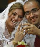 <p>Una coppia appena sposata. REUTERS/Mahmoud Raouf Mahmoud (IRAQ)</p>