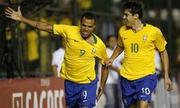 <p>Luis Fabiano (E) e Kaká vibram com gol do Brasil em amistoso contra Portugal. REUTERS/Jamil Bittar (BRAZIL)</p>