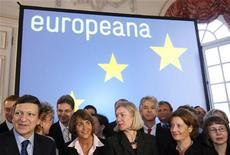 <p>Il presidente dalla Commissione europea Jose Manuel Barroso con i ministri della Cultura dei paesi membri dell'Ue, durante la cerimonia di lancio di Europeana a Bruxelles, il 20 novembre 2008. REUTERS/Sebastien Pirlet</p>