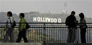 <p>Tourists pause on a walkway at a shopping mall which offers a view of the famed Hollywood sign at the hills in California March 14, 2008. REUTERS/Fred Prouser</p>