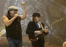 <p>AC/DC lead vocalist Brian Johnson and lead guitarist Angus Young perform in Rosemont, Illinois October 30, 2008. REUTERS/John Gress</p>