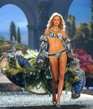 <p>La modella Karolina Kurkova durante una sfilata di Victoria's Secret. REUTERS</p>