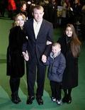 <p>Madonna e Guy Ritchie con il loro figlio Rocco e Lourdes, figlia di Madonna e del suo allenatore di fitness Carlos Leon. REUTERS/Kieran Doherty/Files (BRITAIN)</p>
