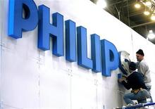<p>Operai sistemano una insegna di Philips. REUTERS/Las Vegas Sun/Steve Marcus (UNITED STATES)</p>