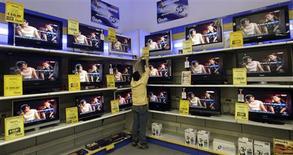 <p>Selon une enquête DisplaySearch, les livraisons mondiales de téléviseurs ont connu trois trimestres d'affilée de forte croissance en 2008 mais les derniers mois de l'année devraient être marqués par un ralentissement. Au troisième trimestre, les ventes ont enregistré une progression de 6% sur un an et de 11% par rapport au deuxième trimestre, pour s'établir à plus de 53 millions d'unités. /Photo prise le 18 novembre 2008/REUTERS/Alessandro Bianchi</p>