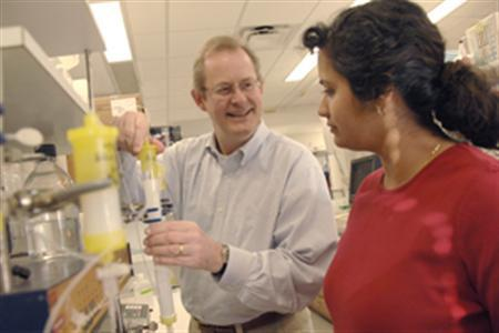 Dr. Philip Thorpe, professor of pharmacology, and Dr. Melina Soares, instructor of pharmacology, in an undated photo. An experimental drug cured guinea pigs infected with a fatal hemorrhagic fever virus, raising hope for its use in a broad range of viral diseases including influenza, hepatitis C, HIV, Ebola and others, U.S. researchers said on Sunday. REUTERS/University of Texas Southwestern Medical Center at Dallas/Handout
