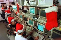 <p>Ricercatori informatici al Symantec AntiVirus Research Center, al lavoro 24 ore su 24 anche durante le festività. REUTERS/Handout</p>