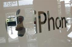 <p>Apple est poursuivi en justice par une société qui affirme que la technologie utilisée par l'iPhone pour permettre de naviguer sur internet enfreint un brevet lui appartenant. La plainte a été déposée lundi par EMG Technology LLC, une société basée à Los Angeles et qui ne compte qu'un seul salarié, auprès du tribunal de Tyler, au Texas, où elle possède un bureau. /Photo prise le 22 août 2008/REUTERS/Kacper Pempel</p>