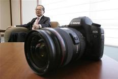 <p>Il presidente di Canon Tsuneji Uchida e in primo piano l'ultima Canon 5D Mark II nel quartier generale della compagnia a Tokyo. REUTERS/Yuriko Nakao</p>