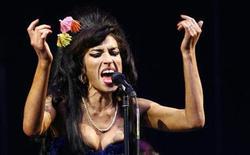 <p>Imagen de archivo de la cantante británica Amy Winehouse en el festival de Glastonbury 2008 en Somerset, Inglaterra, 28 jun 2008. La cantante Amy Winehouse está internada en el hospital por una mala reacción a medicamentos, dijo el martes un portavoz. REUTERS/Luke MacGregor</p>
