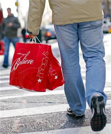 A shopper carries bags from Macy's department store along 5th Avenue in New York, November 19, 2008. REUTERS/Mike Segar