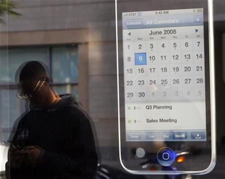 An Apple iPhone 3G advertisement outside an Apple store in Boston, July 11, 2008. REUTERS/Brian Snyder