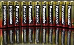 <p>Foto de archivo de pilas Panasonic durante una muestra en Tokio, 31 ene 2008. Goldman Sachs dijo el miércoles que quiere detener las negociaciones para vender a Panasonic Corp la participación que posee en Sanyo Electric, porque cree que la oferta de dinero es muy baja. REUTERS/Yuriko Nakao</p>