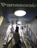<p>Clientes descem escadas em uma loja de eletrônicos em Tóquio, no dia 27 de novembro. REUTERS/Issei Kato (JAPAN)</p>