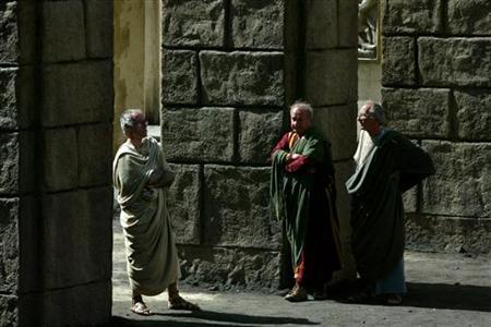 Actors dressed as ancient Romans wait to play on the set of ''Rome'' at Rome's famed Cinecitta' studios May 3, 2004. REUTERS/Alessia Pierdomenico