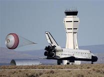 <p>Lo shuttle Endeavour è atterrato ieri (tarda serata in Italia) nel deserto, alla base Edwards Air Force in California. REUTERS/Gene Blevins (UNITED STATES)</p>