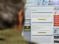 <p>Un navigatore sul Web REUTERS/Alex Grimm</p>