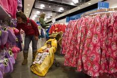 <p>Un bimbo dorme durante lo shopping della mamma REUTERS/Chris Keane</p>