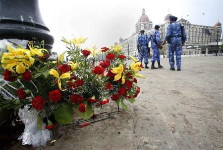 Indian Rapid Action Force (RAF) riot policemen stand guard near flowers placed by people in memory of those killed by militants in front of the Taj hotel in Mumbai December 1, 2008. REUTERS/Jayanta Shaw