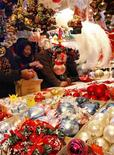 <p>Turisti a un mercatino natalizio. REUTERS/Vincent Kessler (FRANCE)</p>