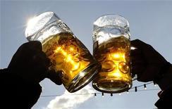 <p>Brindisi con due boccali di birra. REUTERS/Kai Pfaffenbach (GERMANY)</p>