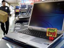 <p>Computer portatile Lg in un negozio di elettronica di Seoul. REUTERS/You Sung-Ho</p>